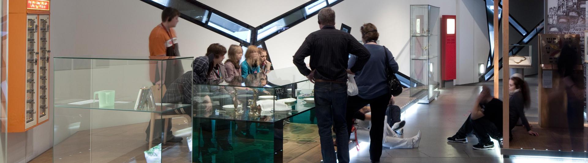 Besucher stehen in der Dauerausstellung