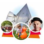 Illustration zum Sommerfest: Im Hintergrund der Libeskind-Bau; davor ein Kind auf einem Gummipferd, Veranstaltungsgäste im Museumsgarten und der Sänger Robert Metcalf.
