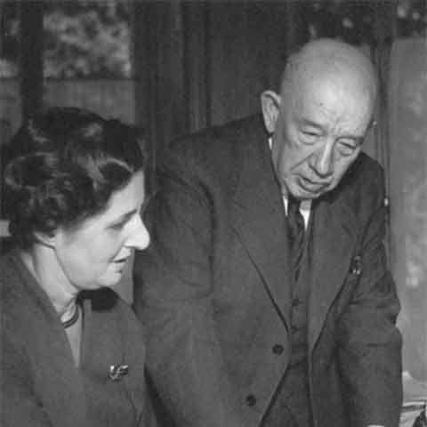 Fotografie von Alfred Wiener und der Bibliothekarin Ilse Wolff © Wiener Library