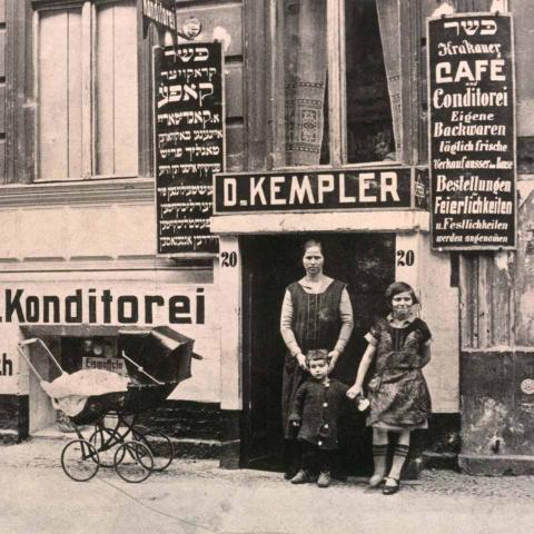 Das Geschäft von David Kempler mit der Aufschrift »Krakauer Café und Konditorei, Frühstück, Abendtisch«
