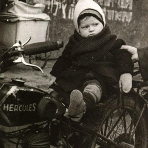Foto von Max Beer als Kleinkind auf einem Motorrad