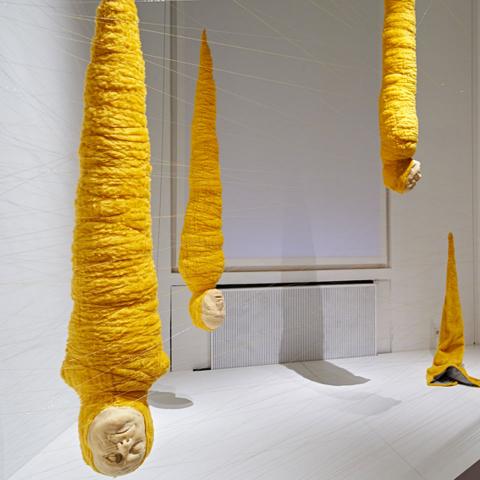 Ansicht des Kunstwerks <cite>Crisálidas</cite> von Jorge Gil in der Ausstellung